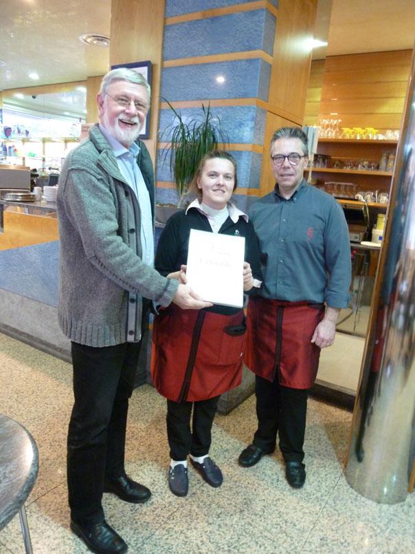 Familie Casagrande von der Eisdiele Dolomiti erhielt von Kindertaler-Kassierer Günter Pabst (links) eine Urkunde als Dank für die Unterstützung des Vereins durch ein Spendenschweinchen. Foto: Kindertaler