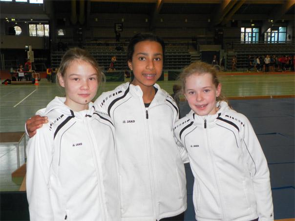 Die drei Nachwuchs-Leichtathletinnen der TG Schwalbach (von links) Sophie Schiefer, Laetitia Ermisch und Maja Ryciuk erzielten beim Nikolaus-Hallensportfest der TG Hanau persönliche Bestleistungen. Foto: TGS