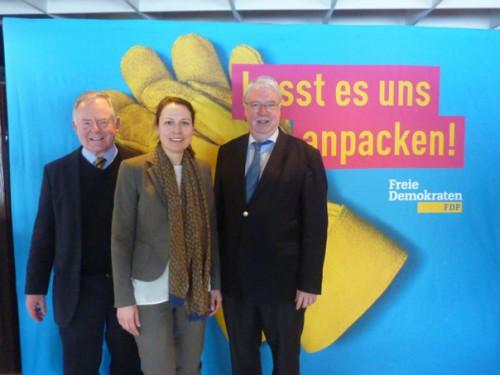 Die Schwalbacher Ortsvorsitzenden Christopher Higman (links) und Stephanie Müller zusammen mit dem Landtagsabgeordneten Jörg-Uwe Hahn. Foto: FDP