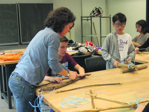 In der Albert-Einstein-Schule zeigte die Künstlerin den Schülern, wie aus verschiedensten Materialien Kunstwerke werden. Foto: Tulacek