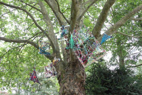 Die Fantasie-Objekte der Schüler in den Bäumen. Foto: Tulacek