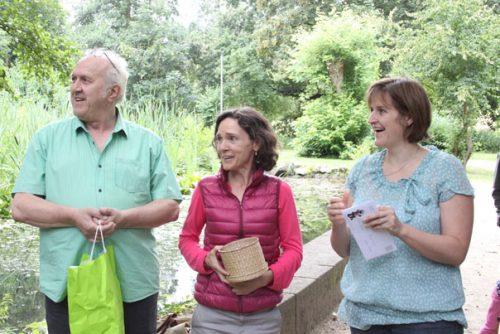 Peter Elzenheimer, Daniela Orben und Klassenlehrerin Beate Siede beim Verlosen der Preise. Foto: Tulacek