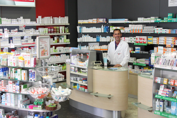 Apotheker Erik Modrack bietet in seiner Limes-Apotheke am Schwalbacher Marktplatz in den nächsten Wochen gleich mehrere Beratungs- und Mess-Termine an. Foto: Schlosser