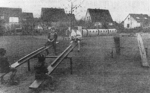 """Schon vor mehr als 40 Jahren wurde der Beton-Zug auf dem Spielplatz """"Am Park aufgestellt. Repro: Archiv"""