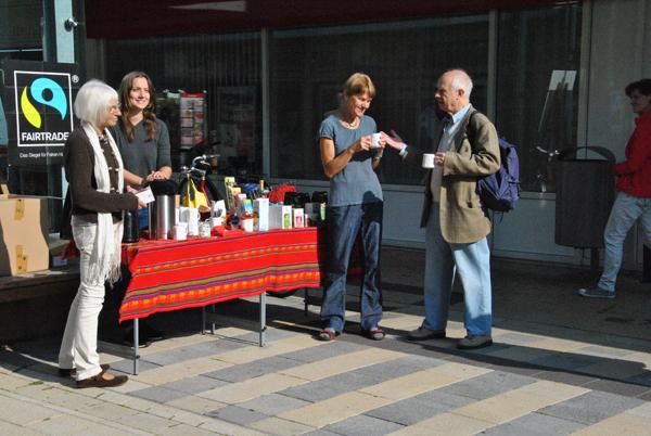 """Die Mitglieder der Steuerungsgruppe (von links) Christl Bauer, Julia Roshan Moniri und Connie Borsdorf, die das Fairtrade-Regal bei Schliessmann bestückt, sind im """"Fairtrade""""-Gespräch mit Eckhard Kuhn. Foto: mag"""