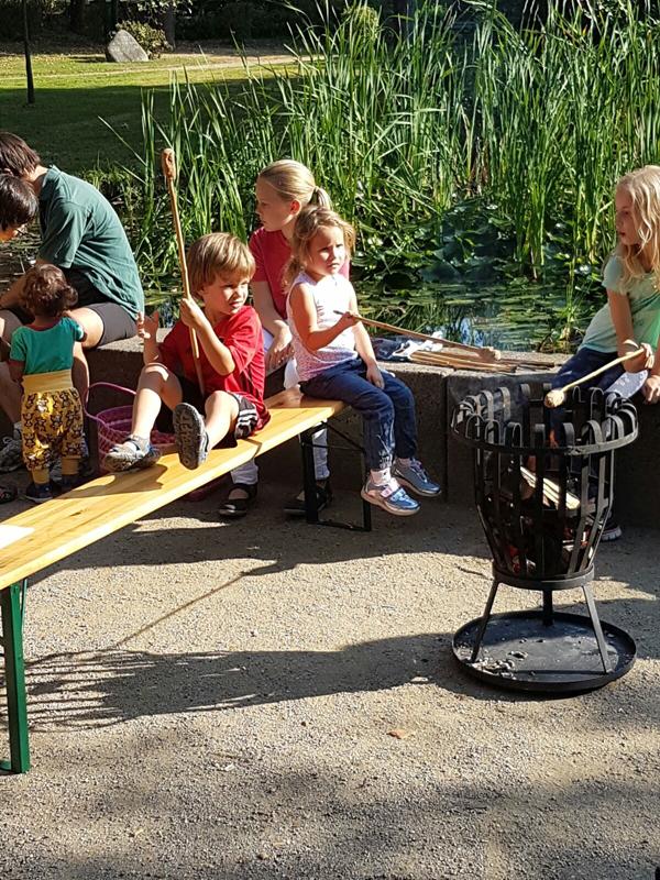 Auch die kleinen Besucher hatten viel Spaß beim Stockbrot grillen beim sommerlichen Herbstfest der Schwalbacher CDU. Foto: CDU