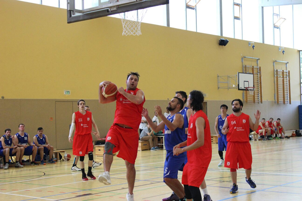 Die Basketballer des FC Schwalbachs weihten bei ihrem ersten Heimspiel ihr rotes Heimtrikot mit einem Sieg ein und schoben sich in der Tabelle an den Hausenern vorbei auf Platz vier. Foto: FC Schwalbach