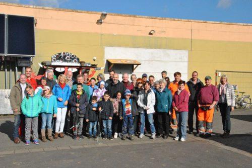 """Zum Abschluss des """"Herbstputzes"""" trafen sich die Freiwilligen am städtischen Bauhof. Foto: mag"""