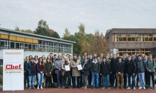 Uwe Kolks mit den Schülern der Albert-Einstein-Schule. Foto: Bostelmann