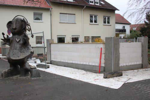 """""""Was soll das denn?"""", fragen sich viele Schwalbacher. Bauarbeiter haben in den vergangenen Tagen in der Schulstraße eine funktionslose Mauer errichtet. Foto: Schlosser"""